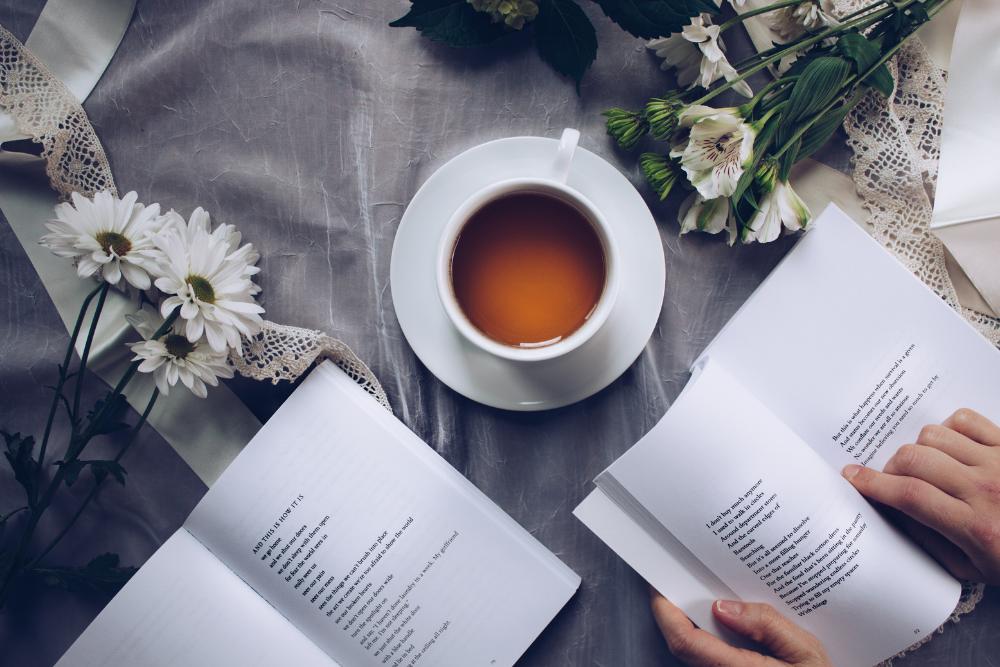 libros y taza de te